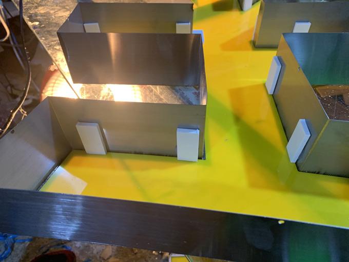 不锈钢围边平面发光字如何将亚克力面板固定字内?